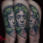 Tattoo medusa su coscia con serpenti stilizzati